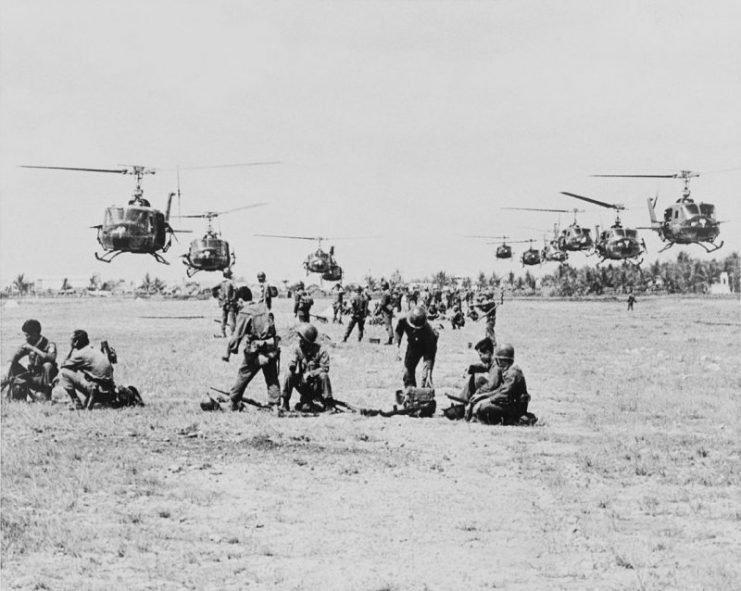 1129px-us_army_uh-1ds_near_saigon_1965-741x591.jpg