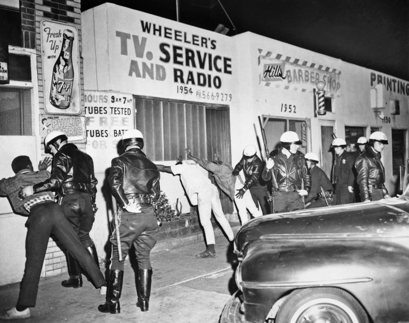 confrontations-Police-men-Watts-district-police-residents-March-1966 (1).jpg