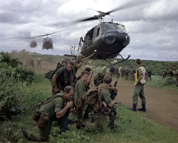 members_of_5_platoon_7_rar_waiting_for_us_army_helicopters_in_august_1967.jpg
