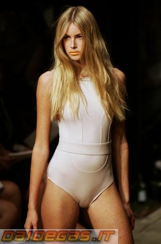 sexy-blonde-model-cameltoe-4.jpg