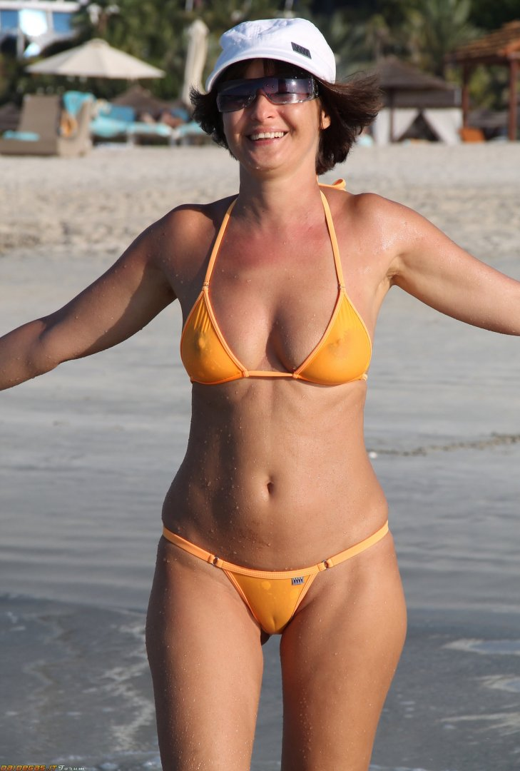 sexy-donna-matura-bikini-capezzoli-cameltoe-6.jpg