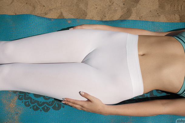 white-yoga-pants-cameltoe-closeup.jpg